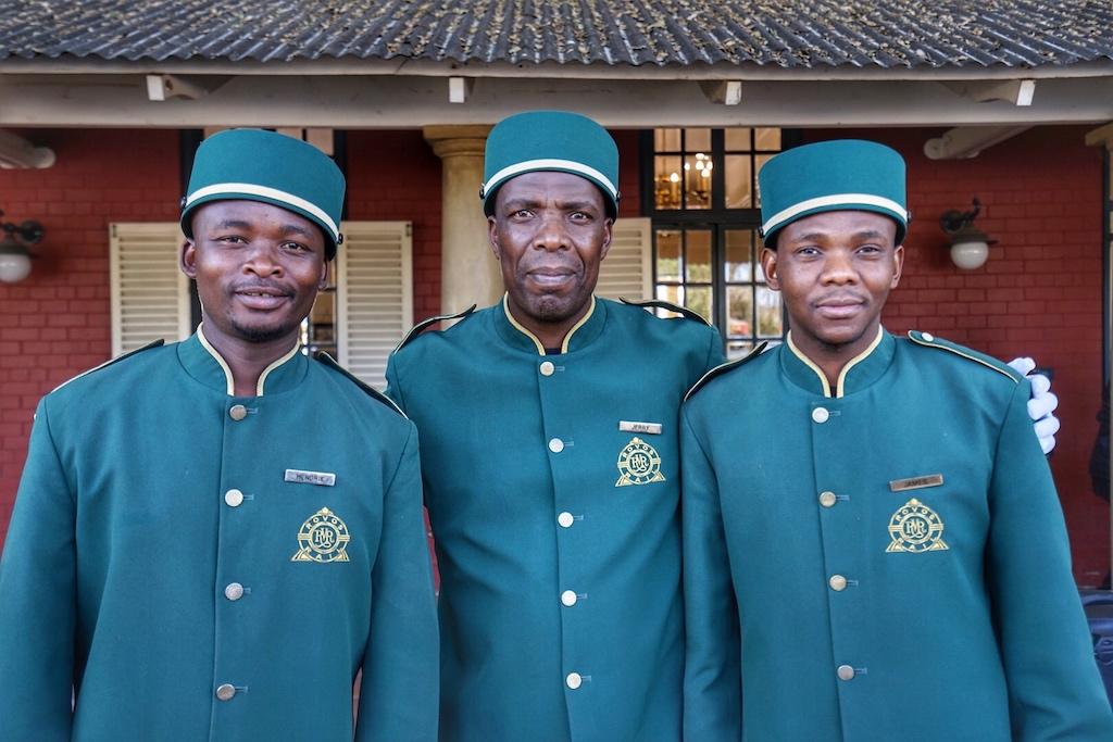 ... wird von den Pagen in ihrer kolonialen Uniform das Gepäck für die Weiterreise verladen