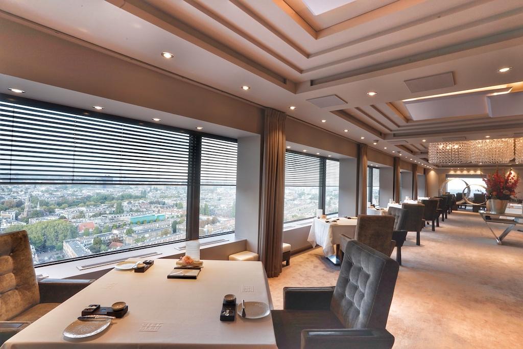 Dezente Farben lassen das 2 Sterne Restaurant Ciel Bleu elegant und edel wirken, die Aussicht über die Stadt ist außerdem grandios