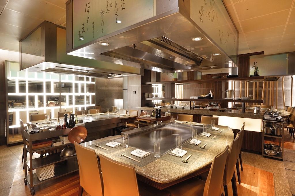 Im Sternerestaurant Sazanka sitzen die Gäste am sogenannten heißen Tisch; vor den Augen werden die Gerichte zubereitet