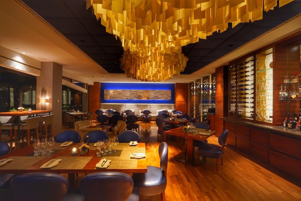Abends wird das Restaurant SERRE in ein weiches Licht getaucht und versprüht so eine heimelige Atmosphäre