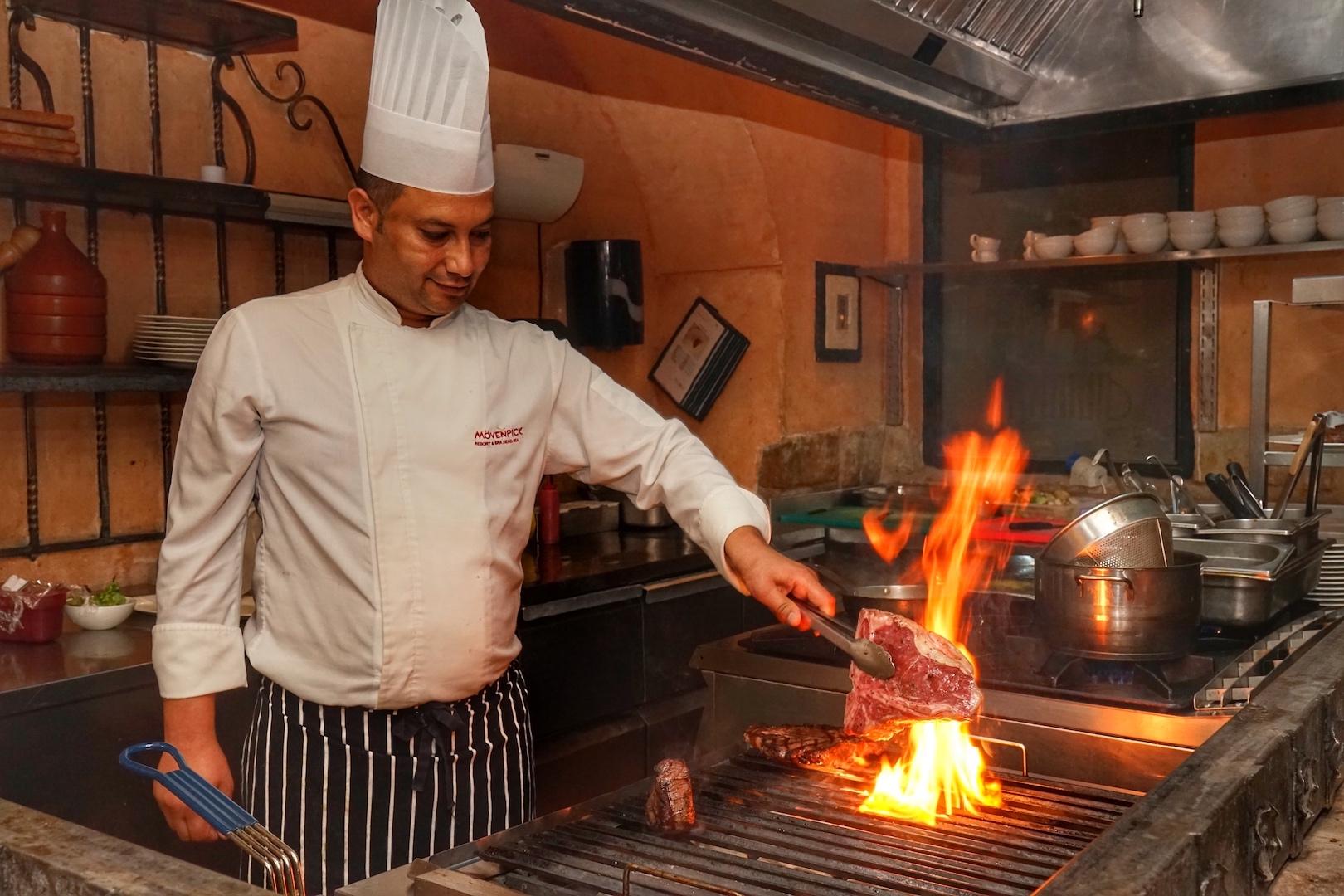 Dem Küchenchef kann man beim Zubereiten über die Schulter schauen; die offene Showküche macht's möglich