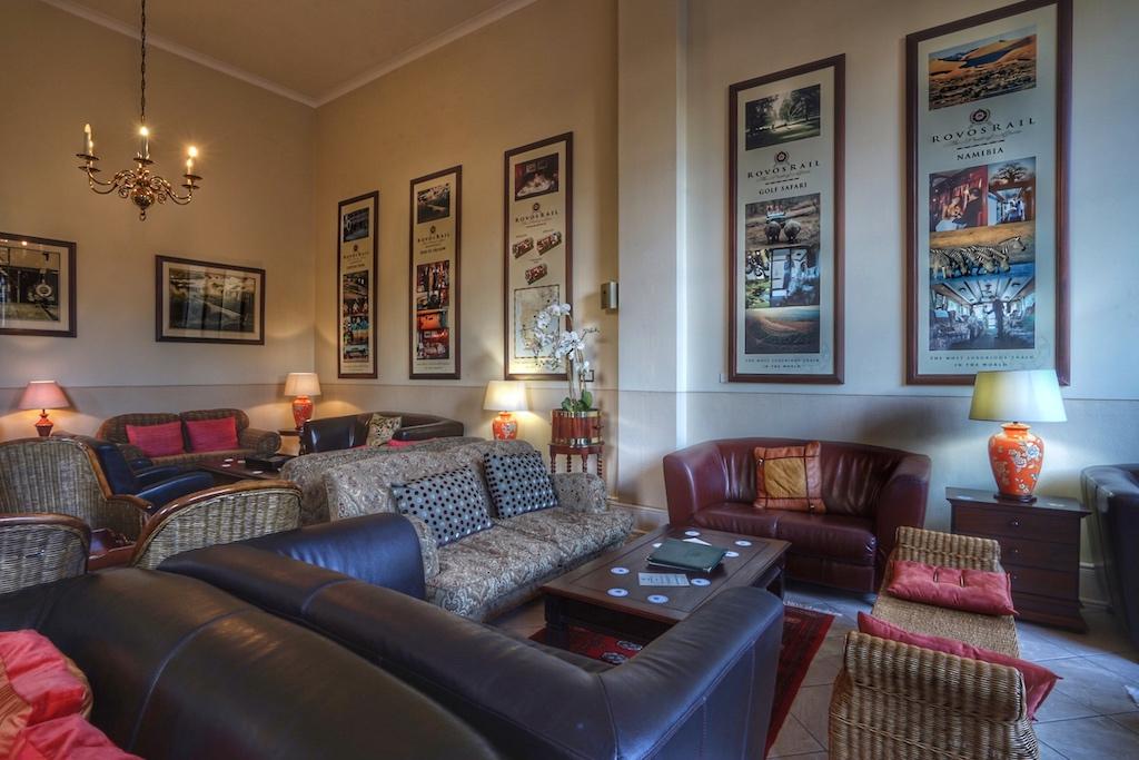 Die stimmungsvolle Nostalgie der Lounge des Wartebereichs in Kapstadt lässt uns der Zugfahrt gespannt entgegenfiebern