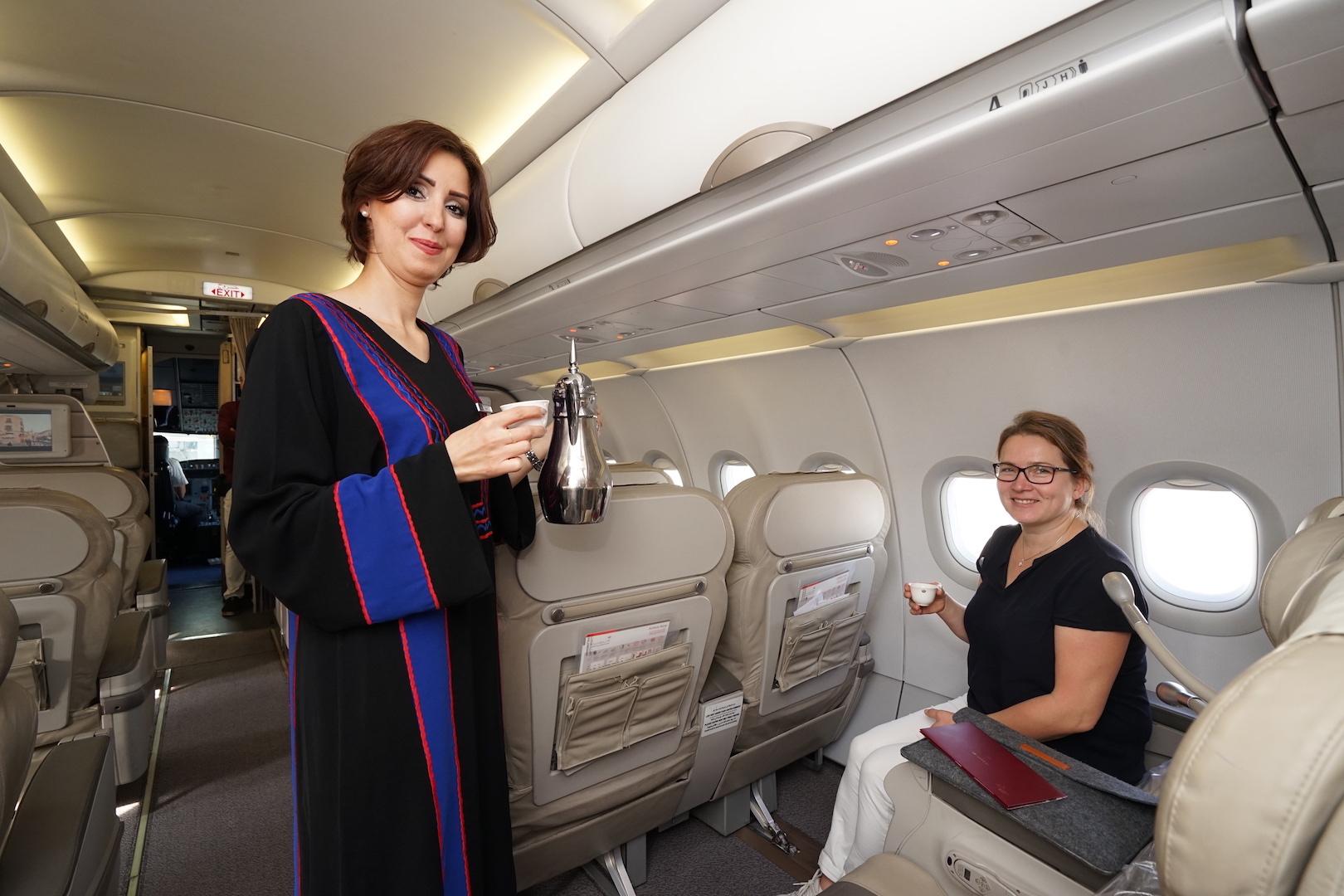 Zuvorkommender Bord-Service in der Crown Class, der traditionelle Kaffee mit Kardamom bringt bereits nach dem Einsteigen orientalisches Flair mit sich