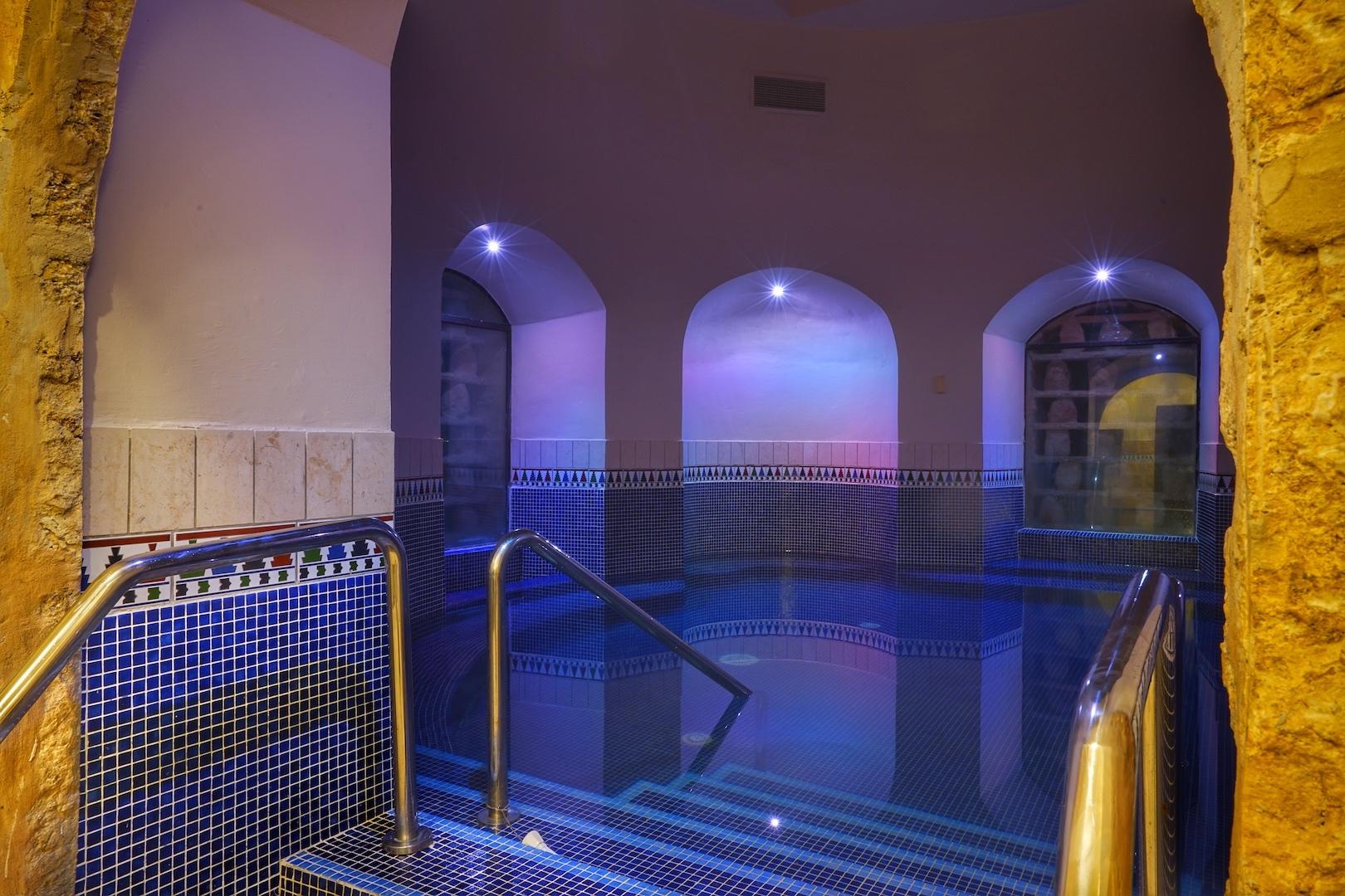 Der Dead Sea Pool ist eine Oase der Schwerelosigkeit durch die 25 bis 28 prozentige Salzkonzentration des Wassers /