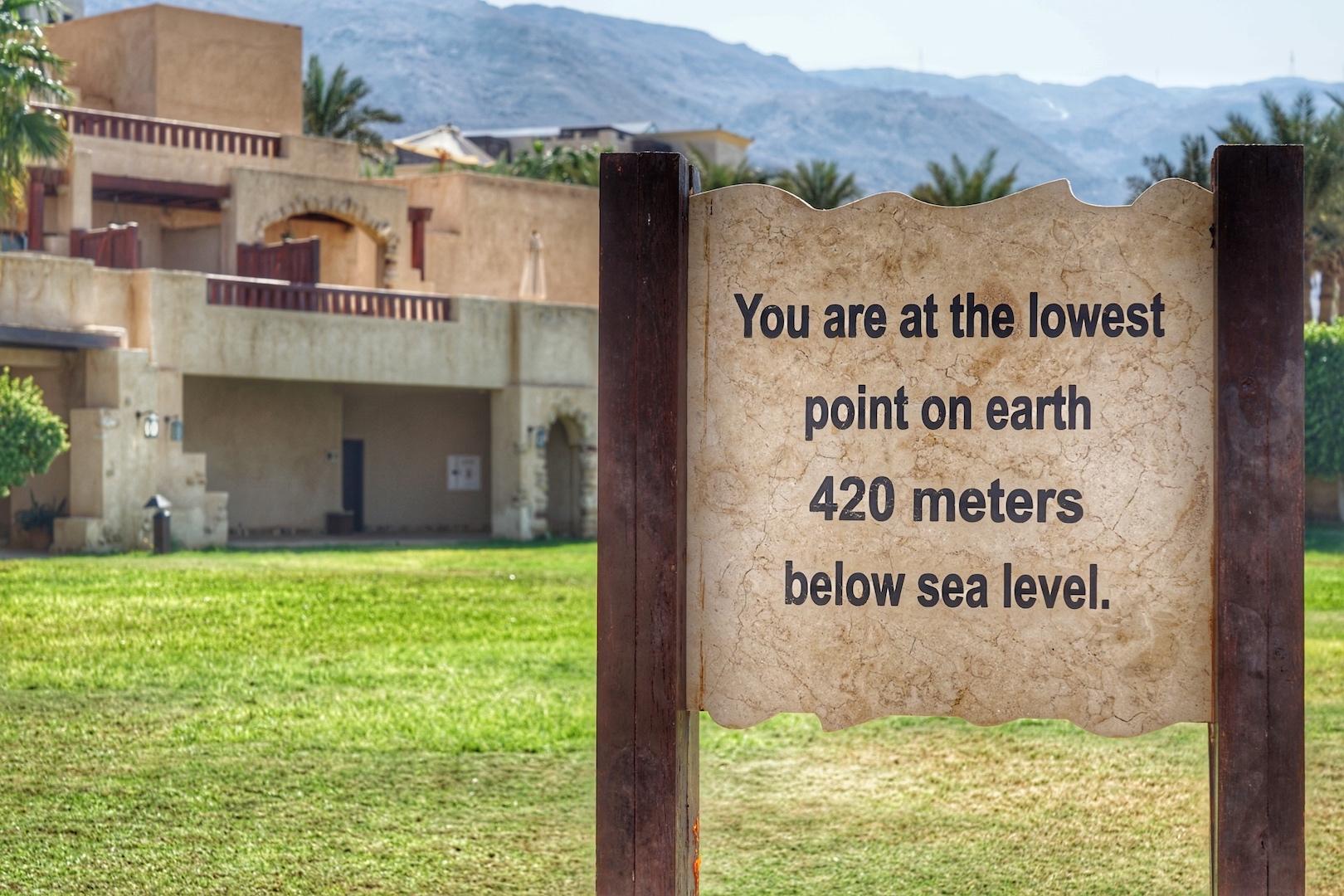 Am unteren Teil der Anlage befindet sich der Hinweis, das man sich am tiefsten Punkt der Erde befindet