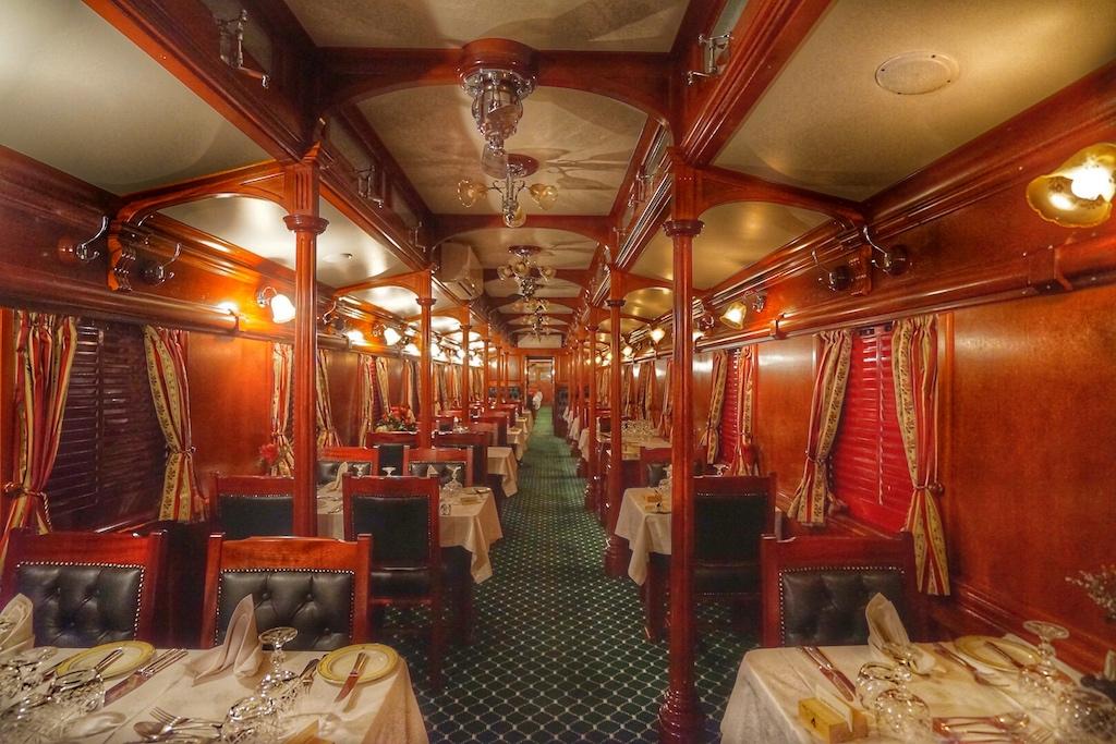 Die Dinner Cars des Rovos Rail sind von nostalgischer Eleganz geprägt. Signiertes Porzellan und Kristallgläser unterstreichen dieses Ambiente