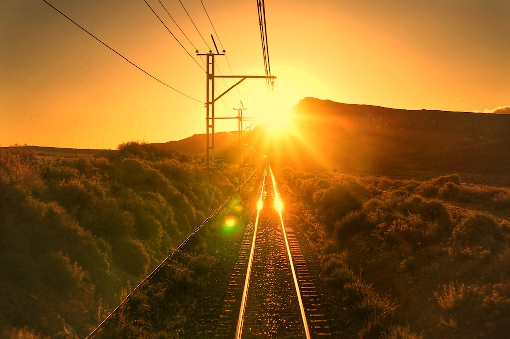 Im Aussichtswagen des Rovos Rail nehmen wir Abschied vom Tag. Es bricht eine Nacht herein, deren Dunkelheit nicht absoluter sein könnte