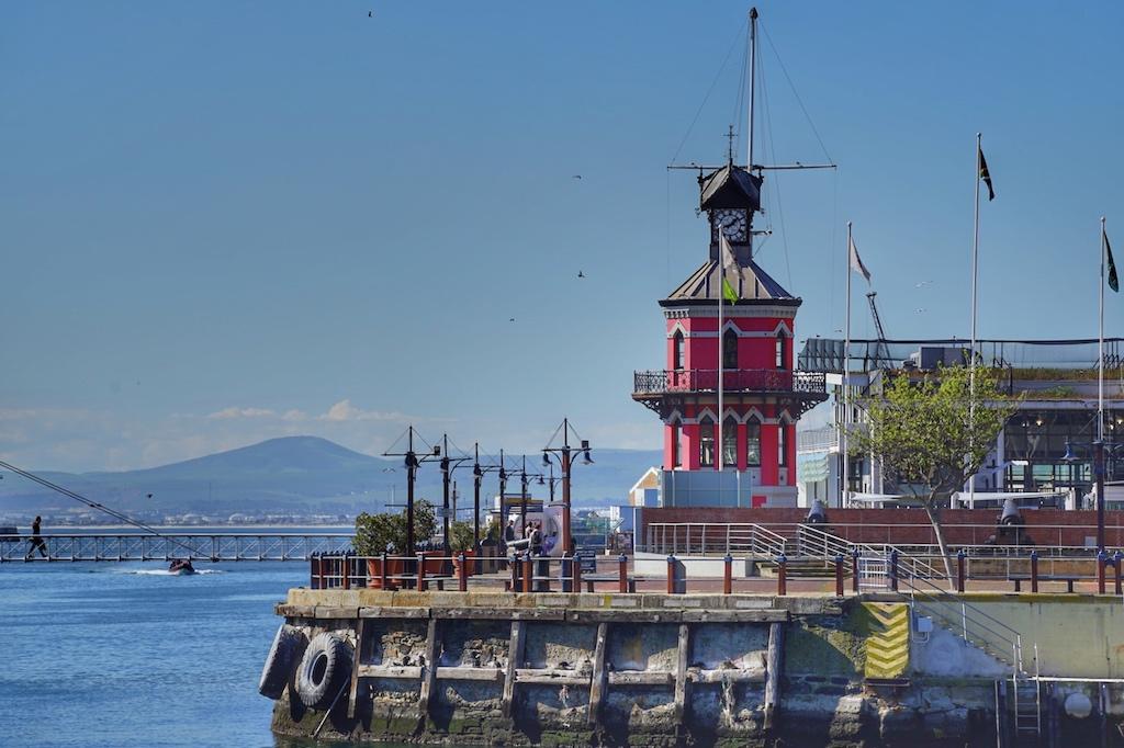 ... zum alten Wahrzeichen des Hafens, dem Clocktower, sind hier neben jeder Menge Geschäfte auch einige des bekanntesten Luxushotels beheimatet