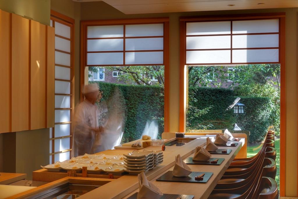 Die Sushi-Bar im Sterne-Restaurant Yamazato wartet auf ihre Gäste, während der Sushi Meister mit den Vorbereitungen beschäftigt ist