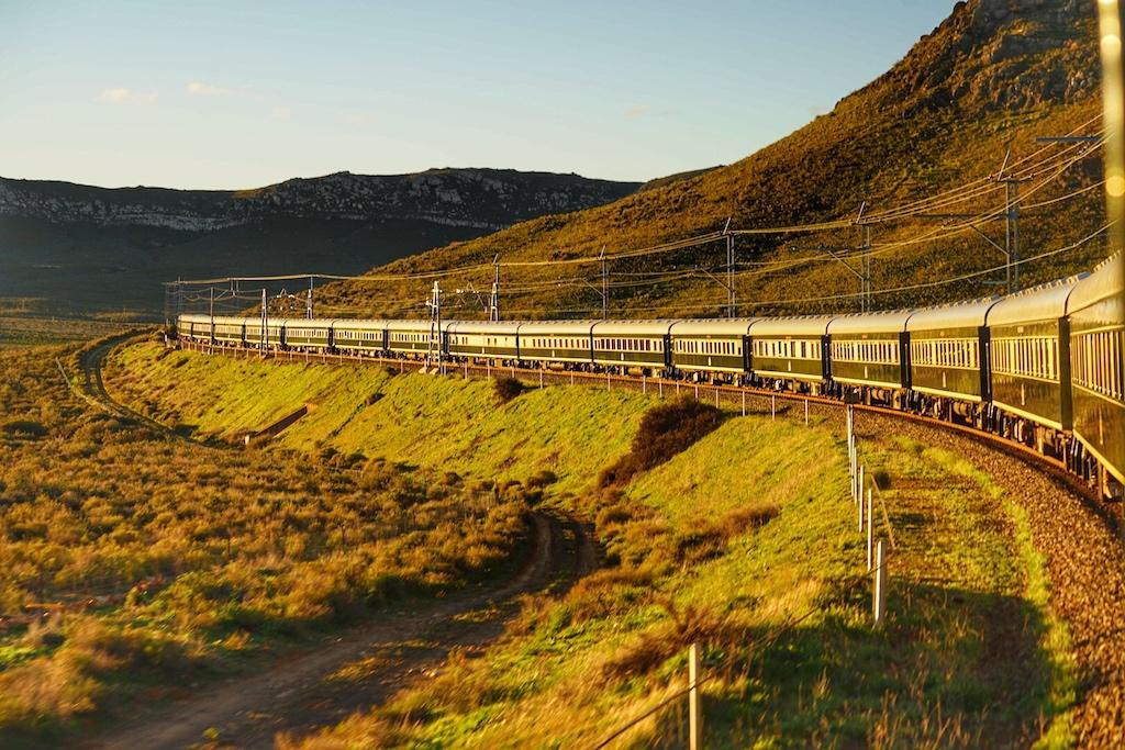 Langsam schlängelt sich der Luxuszug Rovos Ral durch die unnachahmliche Naturkulisse Südafrikas