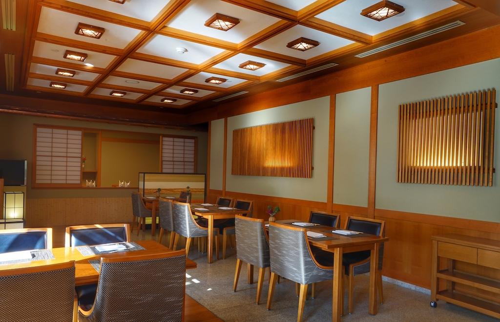 Von außen betrachtet, sieht man nur papierbezogene Fenster, hinter denen Private Fine Dining zelebriert werden kann