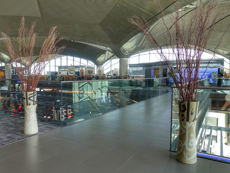 Nachdem man die Lobby der Royal Jordanian Crown Class Lounge über den Fahrstuhl kommend betreten hat, darf man sich entscheiden, rechts oder links entlang