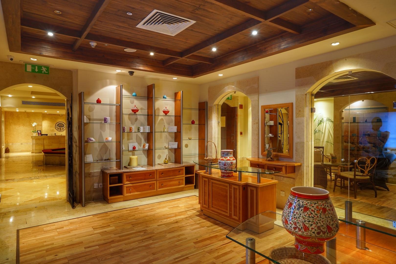 Neben der Lobby des Zara Spa können hochwertige Produkte aus Essenzen des Toten Meers erworben werden. Schönheitspflege für Zuhause mit nachhaltiger Wirkung / © Redaktion FrontRowSociety.net
