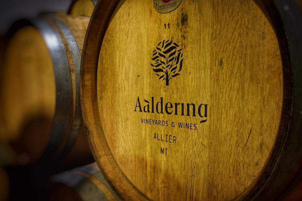 In gebrauchten Eichenholzfässern aus französischer Alliereiche reifen die Weine zirka 24 Monate
