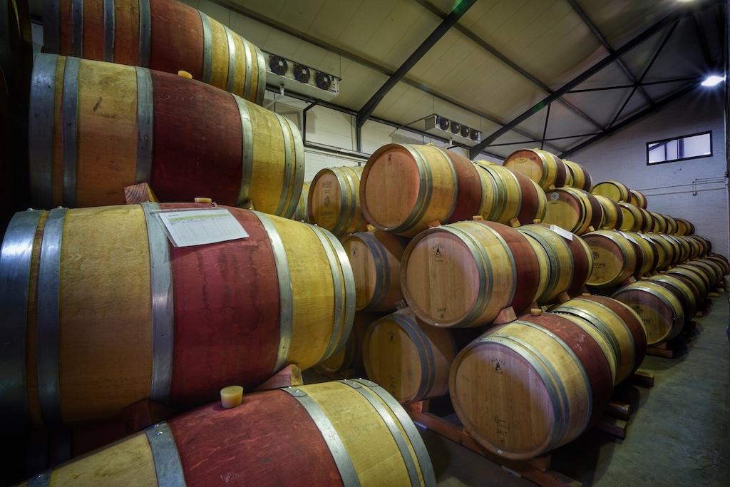 Im großen Aaldering Weinkeller lagern die vinophilen Schätze bis zur Abfüllung