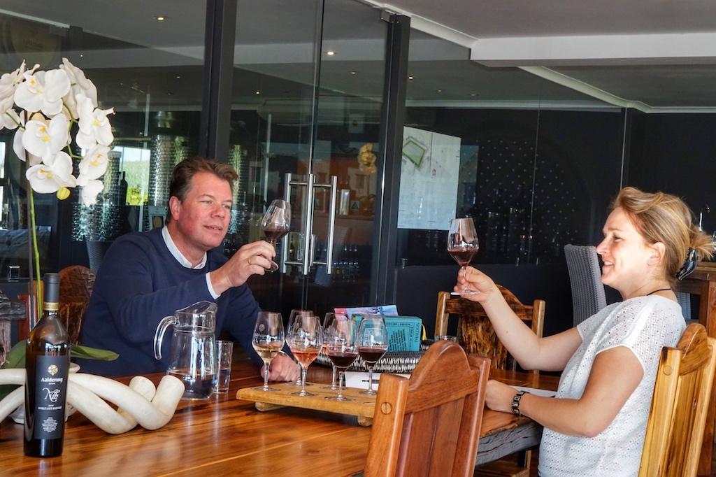 Gert-Jan Posthuma (li.)kümmert sich um Marketing und Vertrieb der Aaldering Weine. Bei unserem Besuch auf dem Weingut in Stellenbosch verkostete er mit uns die eleganten Weine seines Weinguts. Hier mit FrontRowSociety Redakteurin Annett Conrad