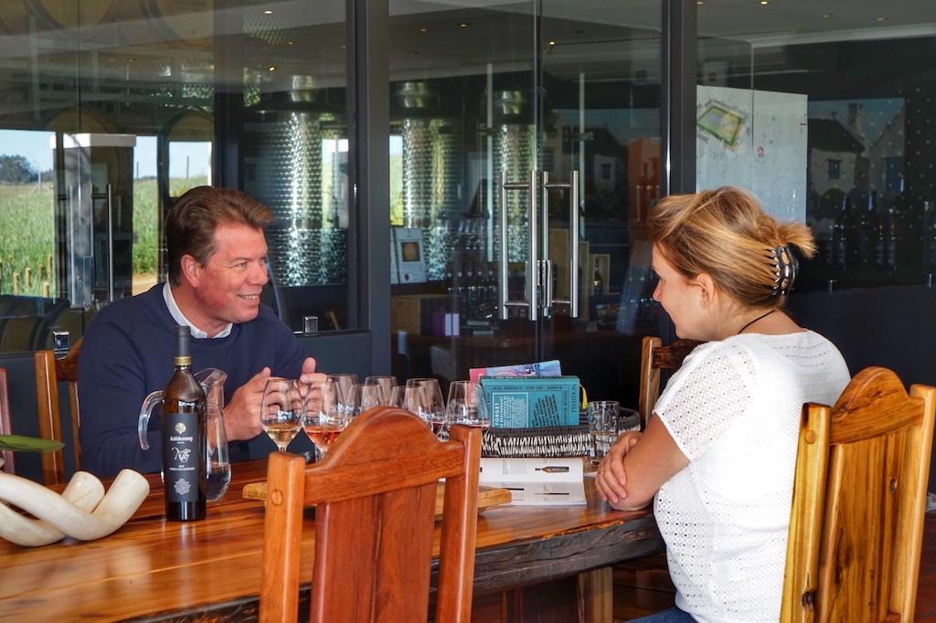 Bei der intensiven Verkostung erfuhr Annett Conrad von Gert-Jan Posthuma Tiefgreifendes über das Weingut Aaldering