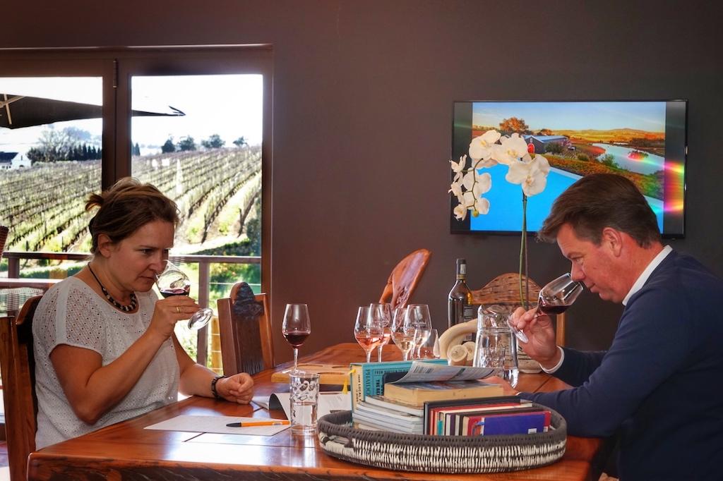 FrontRowSociety - The Magazine Mitherausgeberin Annett Conrad bei der gemeinsamen Weinprobe mit Gert-Jan Posthuma, dem Mann von JaquelineAaldering