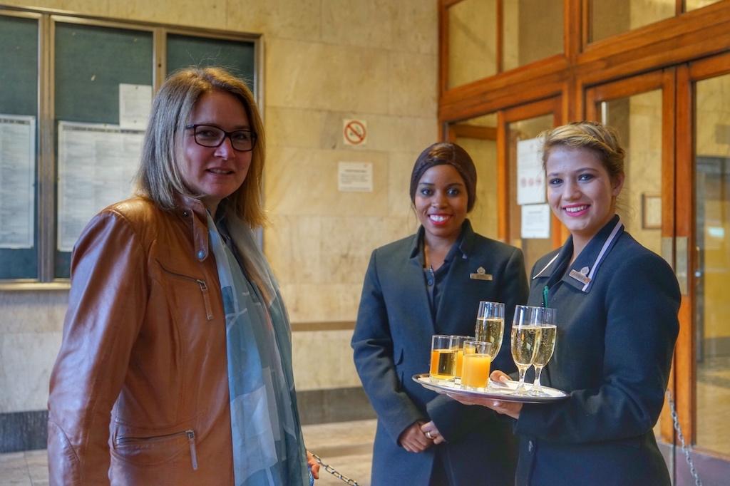 Stilecht und freundlich fällt auch die Begrüßung mit einem Méthode Cap Classique Schaumwein, Südafrikas vinophiles Markenzeichen