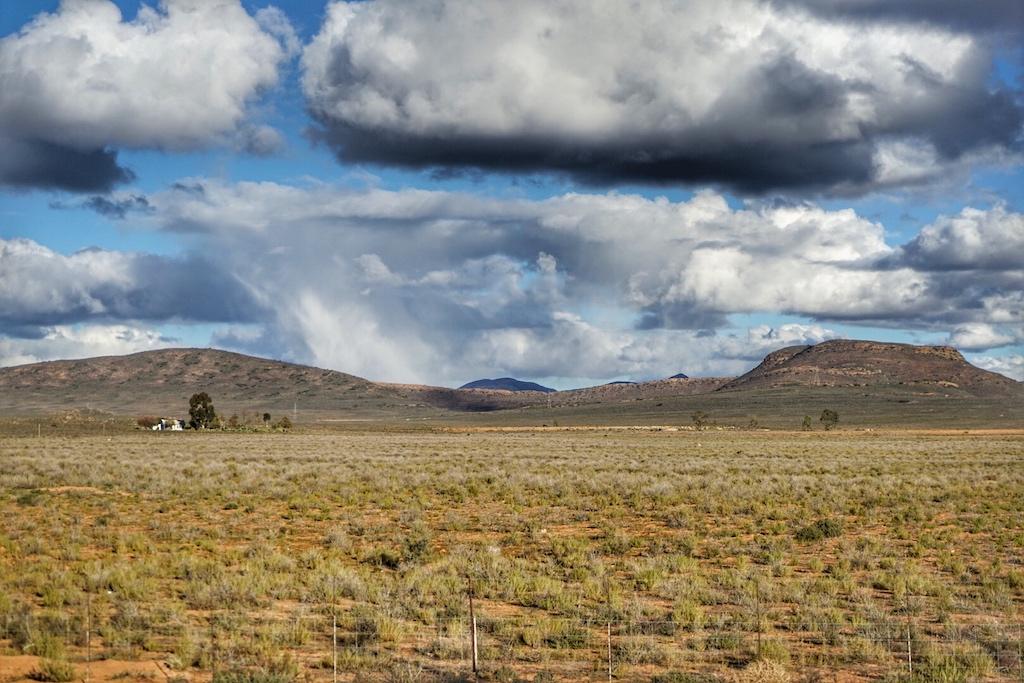 Dramatische Wolkenformationen bilden sich im südafrikanischen Winter über der Halbwüste