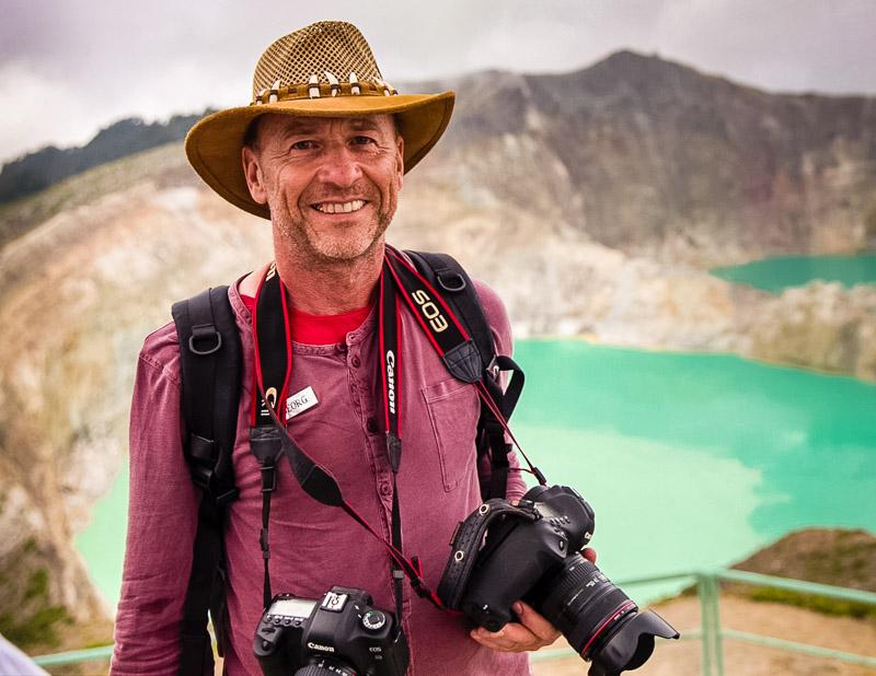 FrontRowSociety Chefreporter Georg Berg am Kraterrand des Kelimutu / © Foto: True North