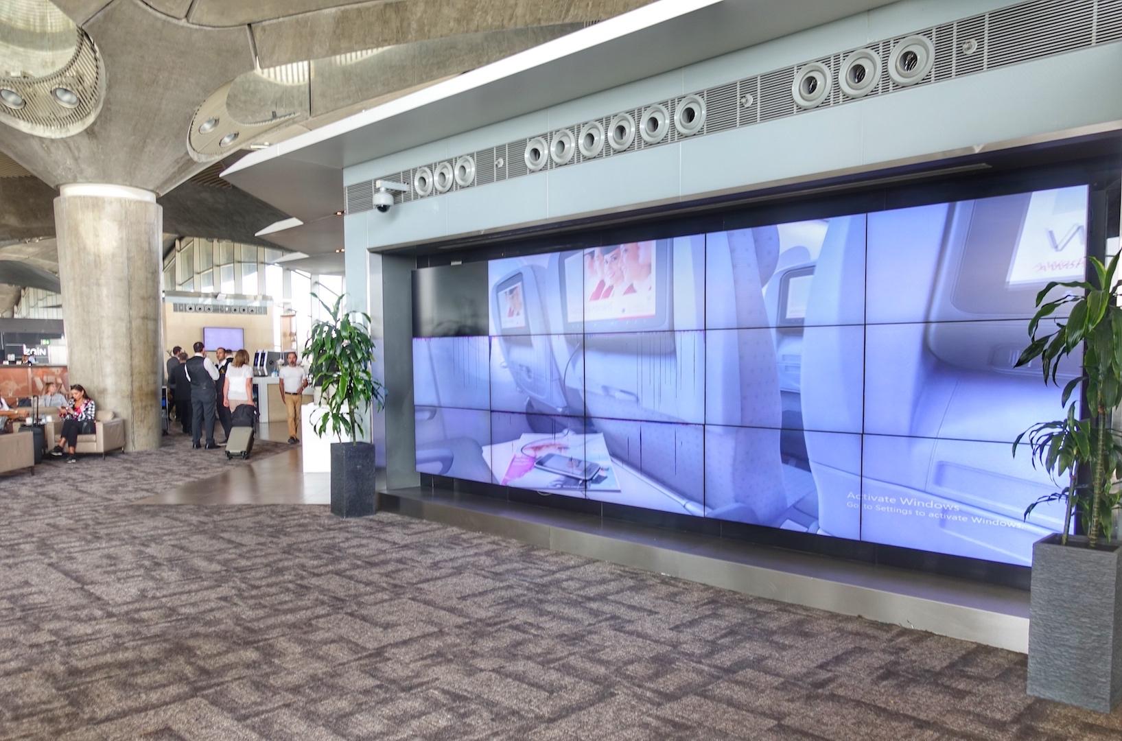 Vorbei an der großen LED-Leinwand wird im hinteren Bereich der Crown Class Lounge eine große Auswahl an Speisen und Getränken geboten