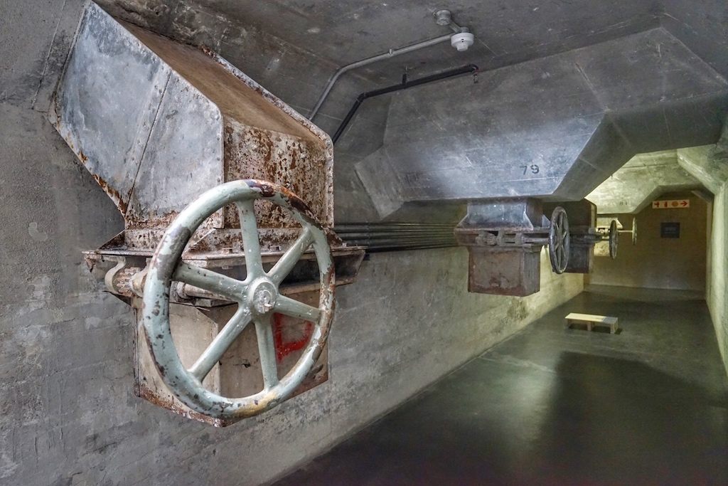 Beim Durchschreiten des Museums trifft der Besucher immer wieder auf Hinweise, die ihn erinnern, in welcher ehemaligen Location sich das heutige MOCAA befindet