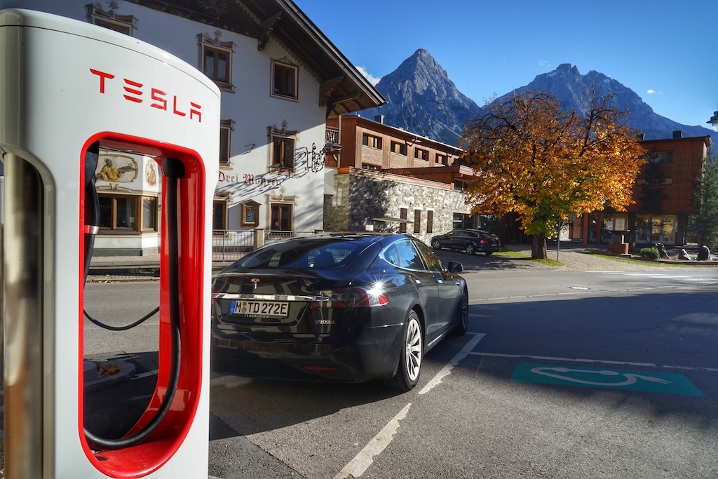 Auch in Österreich, wie hier in Lermoos, sind viele Tesla Supercharger zu finden