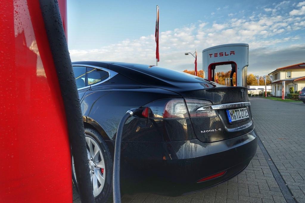 Entlang den Autobahnen - auf den Autohöfen - ist das große Tesla Ladenetz verteilt. Kein Anstehen, ein Ladeplatz ist immer frei
