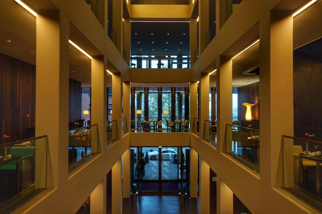 Die offene Lobby erstreckt sich über vier Etagen und ist von Geradlinigkeit geprägt