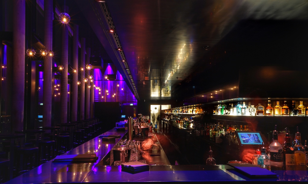 """Detailgenaue Vorbereitungen sowie einstudierte Abläufe des Bar-Teams machen das Erlebnis 20up Bar perfekt. Die Bestellungen werden zeitnah """"geliefert"""" und sind geschmacklich nicht so schnell zu toppen. Besonders empfehlenswert sind Signature Cocktails von Barchef Noman Pohl und F&B Manager Michael Nemecek"""