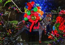 Zeitz Museum of Contemporary Art Africa - MOCAA: Von bunt und knallig bis ruhig und gediegen. Hier ein Werk von Athi-Patra Ruga, welcher in Umtata, Südafrika geboren wurde. Derzeit lebt Ruga zwischen Kapstadt und Johannesburg. Seine Praxis erstreckt sich über die Medien Kostüm, Performance, Video und Fotografie