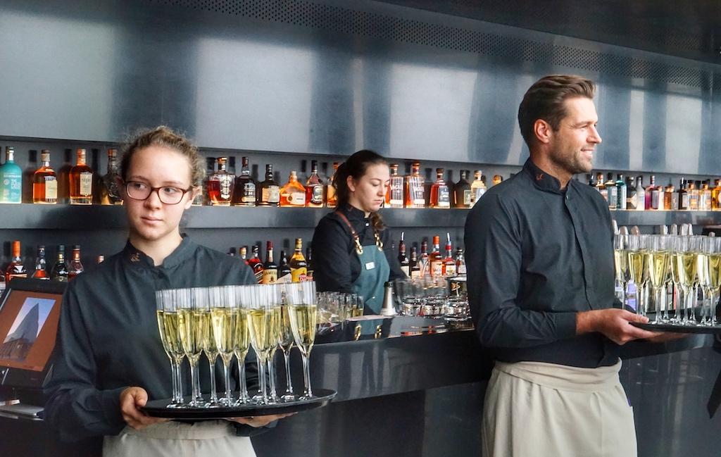 Und werden stilecht mit Champagner begrüßt