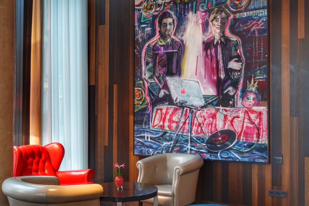 Farbige Sessel und Pop Art sind die Eyecatcher in der Bar