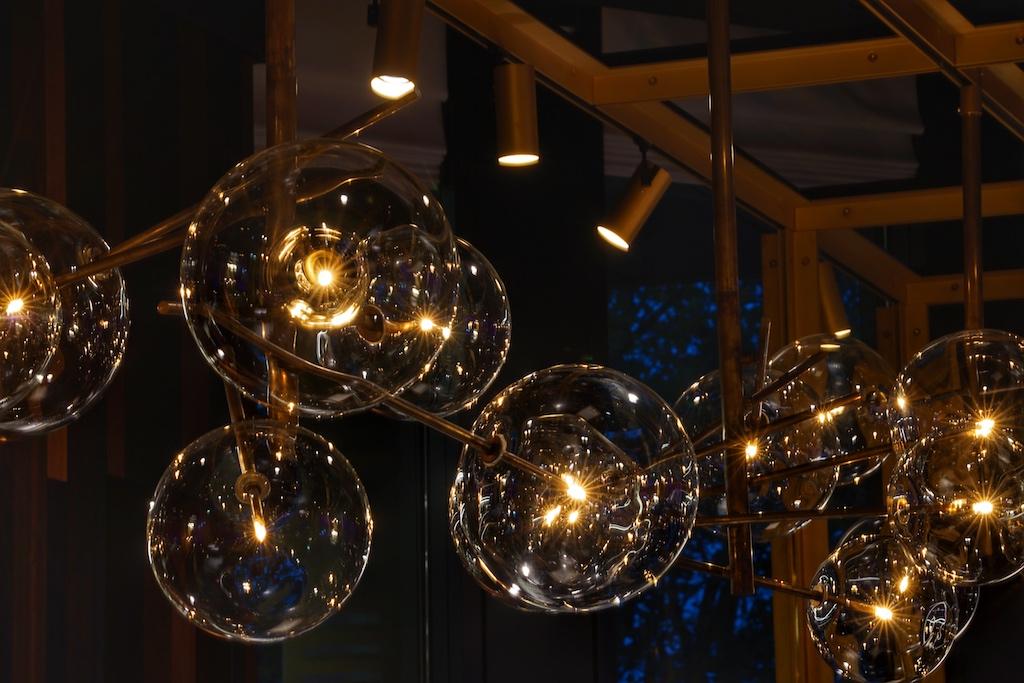 Durchdachtes Design von Kopf bis Fuß - die italienischen Designerlampen sind über ein ausgeklügeltes Beleuchtungssystem miteinander verbunden