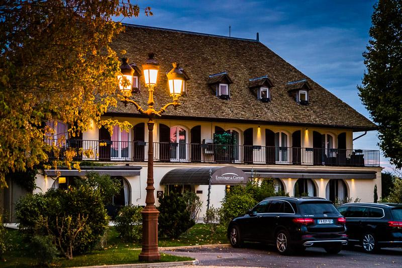 Mitten in den Weinbergen und vor den Toren von Beaune: das Hotel Ermitage de Corton. Gegenüber liegt der berühmte Corton. Auf ihm wachsen sowohl weiße als auch rote Rebsorten / © FrontRowSociety.net, Foto: Georg Berg
