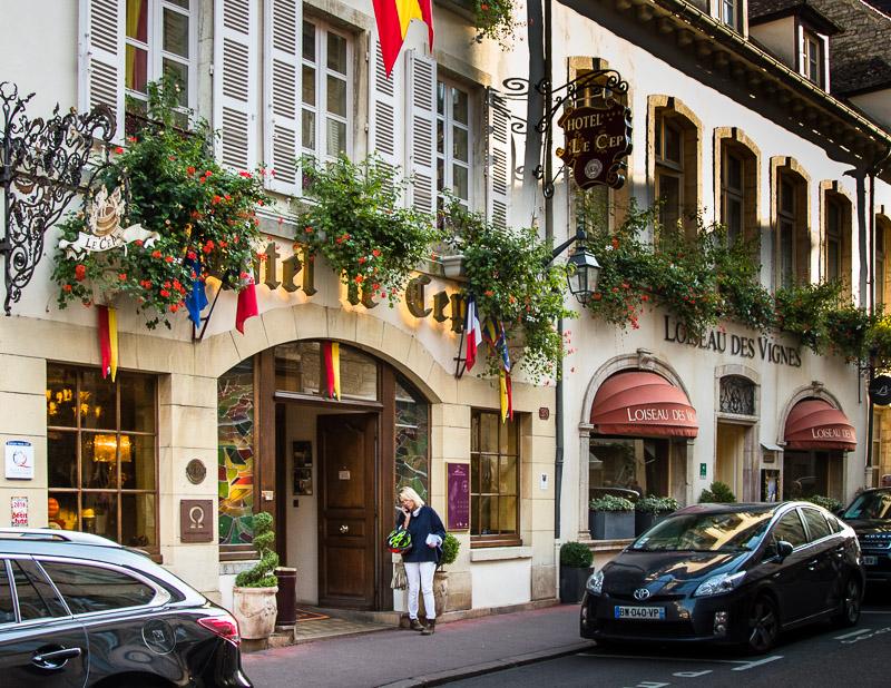 Hotel Le Cep, das Haus liegt mitten in der Altstadt von Beaune. Das Hotel hat 30 Suiten. Teile des Gebäudes stammen aus dem 14. Jahrhundert und im 17. Jahrhundert machte hier auch der junge Louis XIV, der spätere Sonnenkönig halt / © FrontRowSociety.net, Foto: Georg Berg