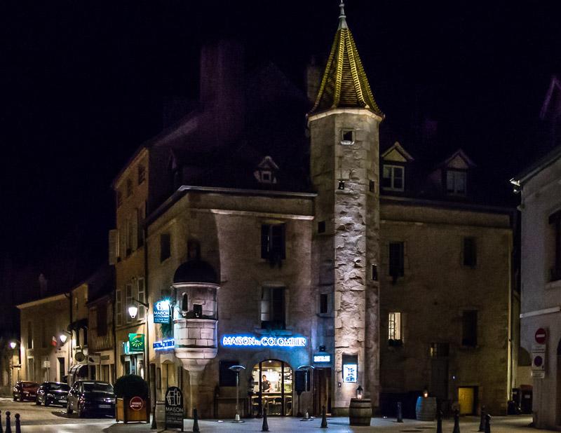 Das Maison du Colombier mitten im Zentrum von Beaune. Bei gutem Wetter mit Außengastronomie / © FrontRowSociety.net, Foto: Georg Berg
