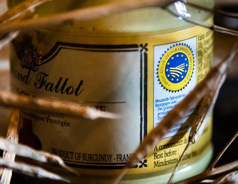 Neuer Anlauf für eine geschuetzte Herkunftsbezeichnung. Der Senf aus Burgund wird mit Aligote, einem Weisswein aus dem Burgund statt mit Essig produziert. Das macht ihn cremiger und feiner im Geschmack, aber auch weniger lange haltbar / © FrontRowSociety.net, Foto: Georg Berg