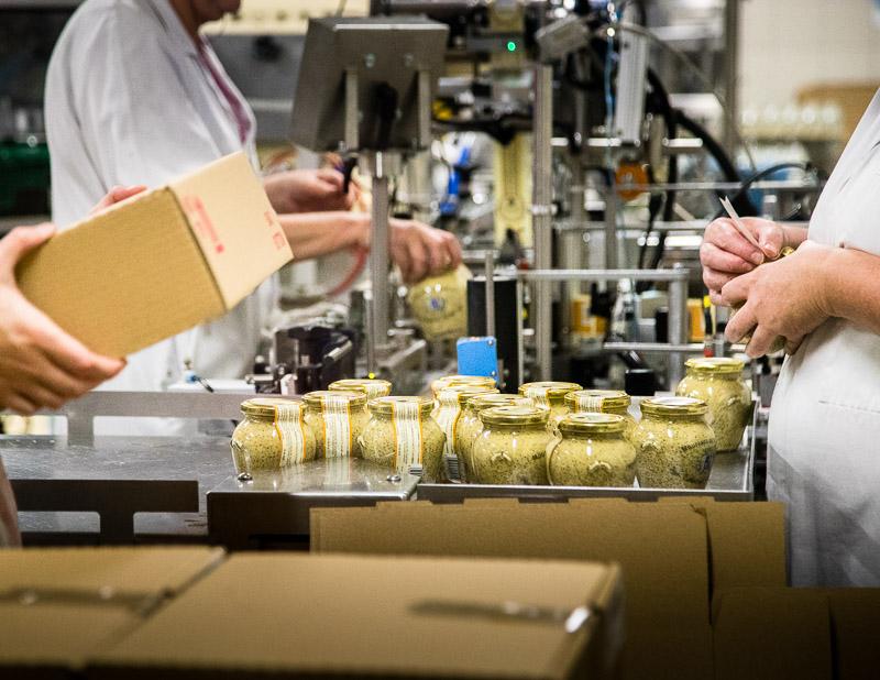25.000 Glaeser werden in der Fabrik von Edmond Fallot taeglich abgefuellt / © FrontRowSociety.net, Foto: Georg Berg
