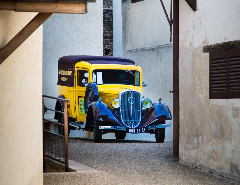 Ein Lieferfahrzeug aus vergangener Zeit steht im Hof der Moutarderie Edmond Fallot / © FrontRowSociety.net, Foto: Georg Berg