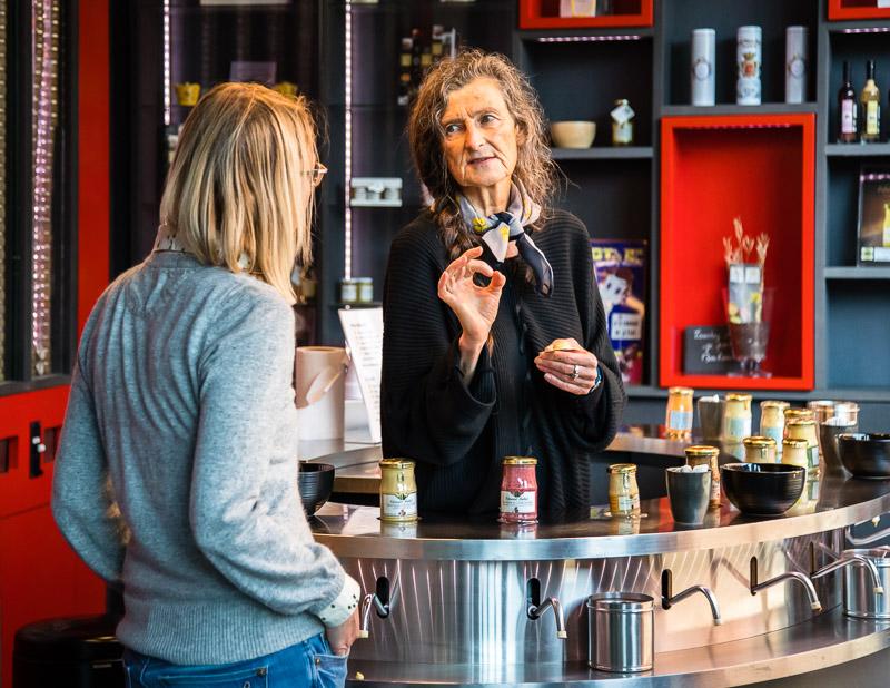 Natürlich gibt es auch einen Verkaufsraum mit sämtlichen Produkten von Edmond Fallot und probieren ist höchst erwünscht. Insbesondere der feine und scharfe Dijon-Senf wird für Salatdressings und Saucen verwendet oder auch zu Käse gereicht / © FrontRowSociety.net, Foto: Georg Berg