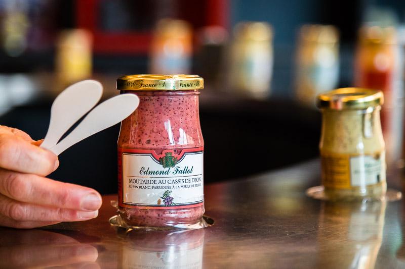 Viele der aromatisierten Senfsorten enthalten noch die Senfschalen. Sie gehören zu den groben Senfsorten und sind mit weiteren Burgund-Spezialitäten wie Cassis, der schwarzen Johannisbeere oder mit Pain d'Epices, Lebkuchengewürzen, verfeinert / © FrontRowSociety.net, Foto: Georg Berg