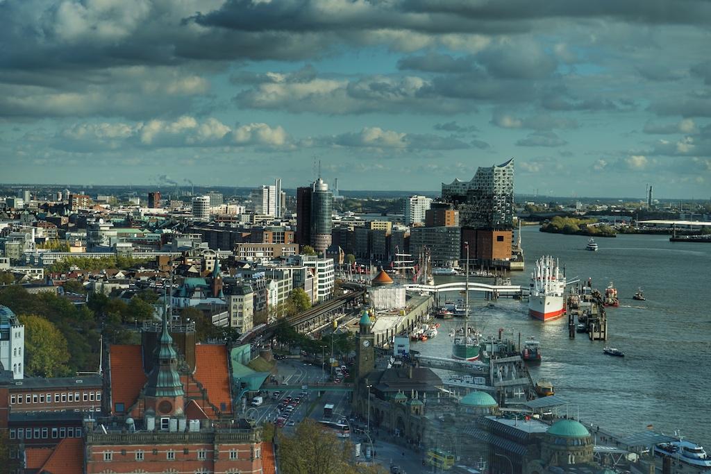 Aus jedem Zimmer und jeder Suiten sind spektakuläre Blicke auf die Hansestadt einzufangen