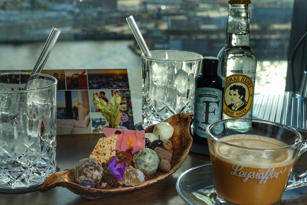 Herzlich Willkommen sagt das Team um Hoteldirektor Enrico Ungermann mit Gin und Süßigkeiten