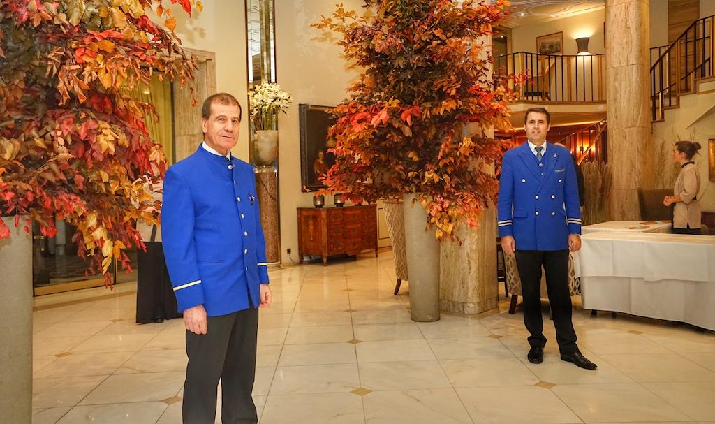 Willkommen in Excelsior Hotel Ernst in Köln. Gäste der taku Küchenparty, welche heute im Hotel nächtigen, sind die Wagenmeister Luciano Deiana und Faik Isa beim Entladen und Gepäcktransport behilflich