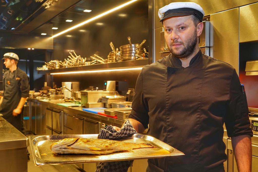 Jevegenijs Hobolds bringt den perfekt gegrillten Wolfsbarsch zum Filetieren