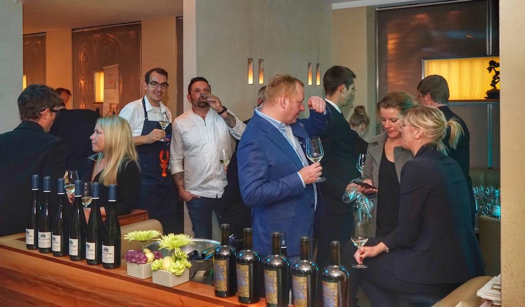 Wein macht gesellig, wie beim Rheingau Gourmet & Wein Festival kamen auch bei der taku Kitchen Party die Gäste schnell ins Gespräch...