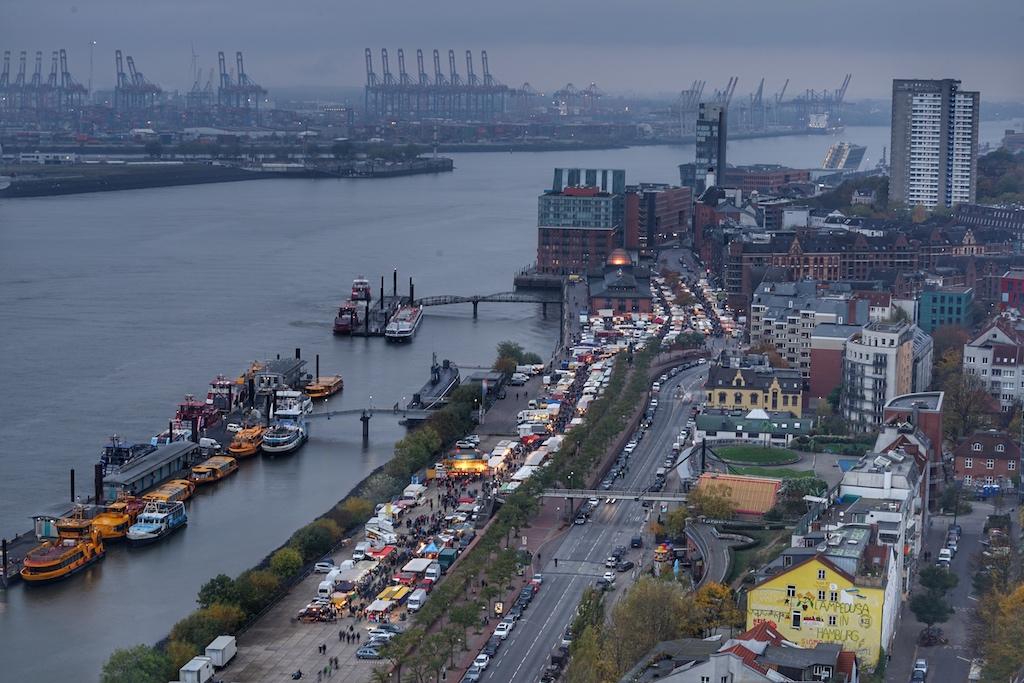 Aus der Vogelperspektive kann die Hafenstraße und der berühmte sonntägliche Fischmarkt betrachtet werden