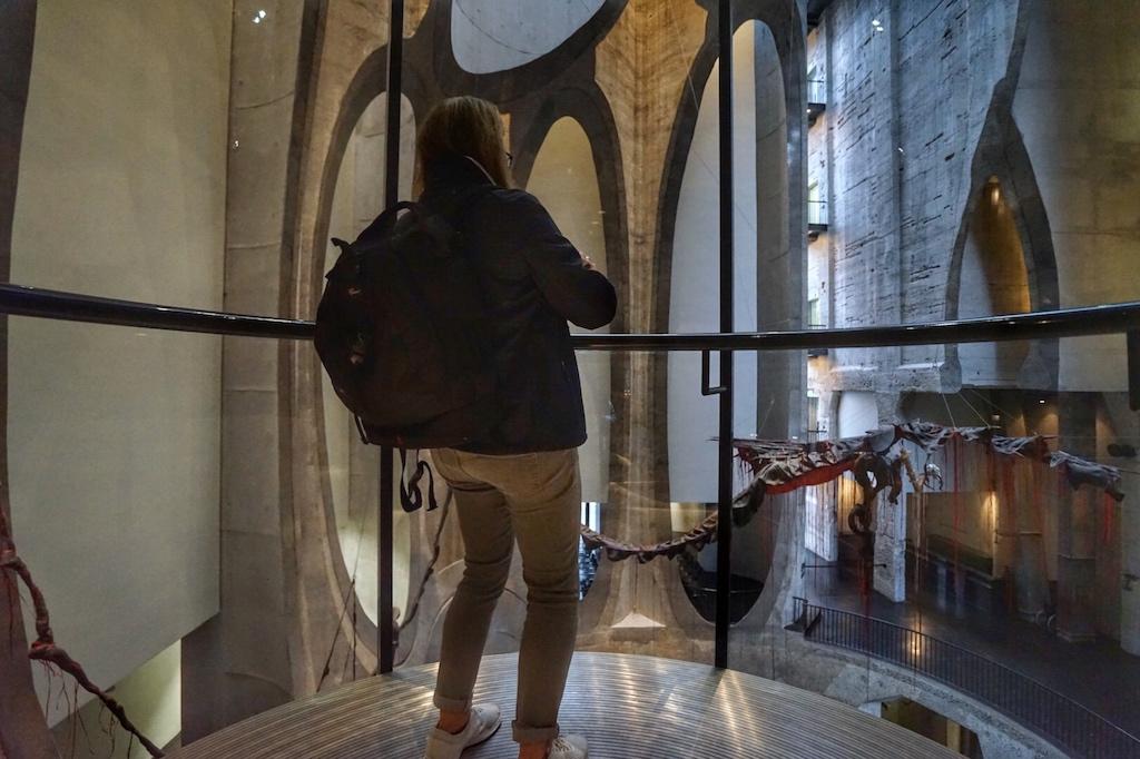 Statt der Wendeltreppe können die beiden gläsernen Aufzüge benutzt werden. Der Iimpundulu zonke ziyandilandela fliegt quasi am Betrachter vorüber
